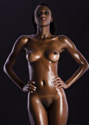 Сексуальная голая негритянка - фото 1