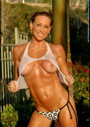 Мускулистая женщина в микро бикини - фото 3