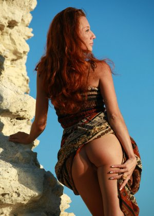 Голая худая рыжая девушка на природе - фото 4