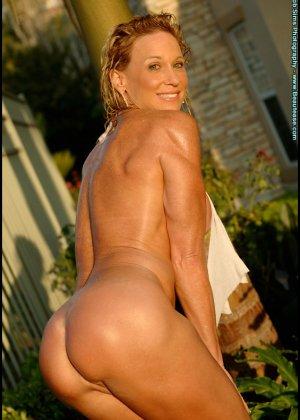 Мускулистая женщина в микро бикини - фото 14