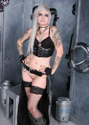 Татуированная эмо в чулках с бритой пиздой - фото 6