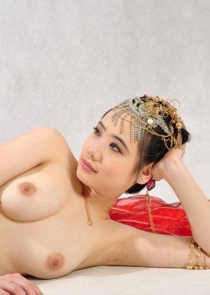 Голая сексуальная азиатка - фото 10