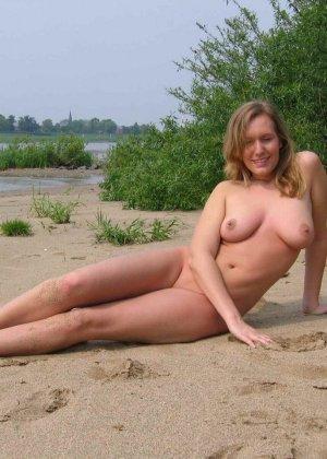 Голые дамы на пляже - фото 1