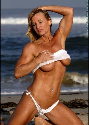Подкачанная женщина за 40 в купальнике - фото 13