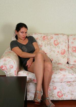 Тонкий дилдо в волосатом анусе девушки - фото 1
