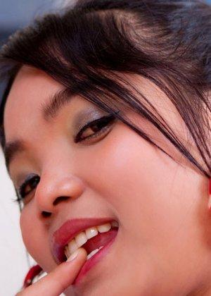 Молодая азиатка открывает пизду - фото 5