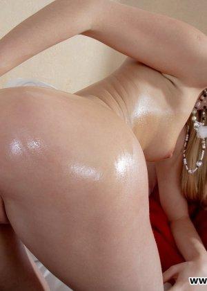 Голая блондинка в полосатых чулках занимается мастурбацией - фото 9