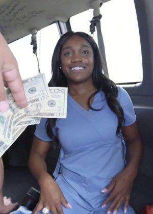 За деньги выебал африканку в машине - фото 1
