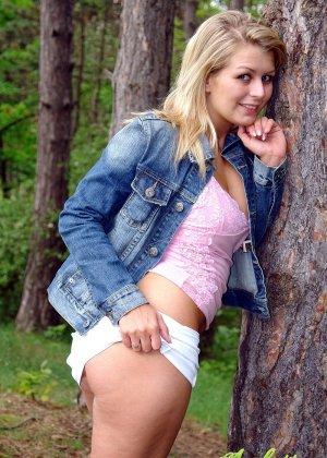 Секс с блондинкой на природе - фото 6