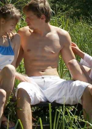 Трахнулся с двумя подружками  на речке - фото 2