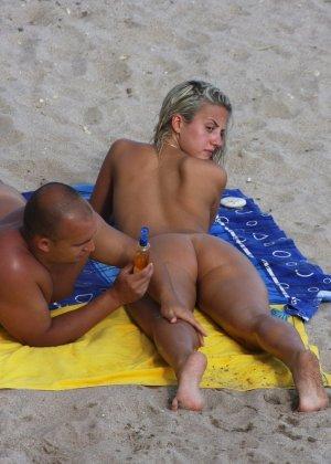 Обнаженные зрелые телки на пляже - фото 13