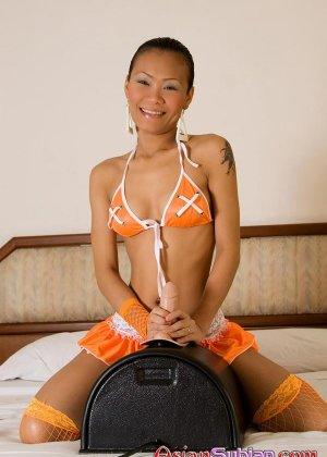Зрелая азиатка мастурбирует в пьяном виде - фото 2