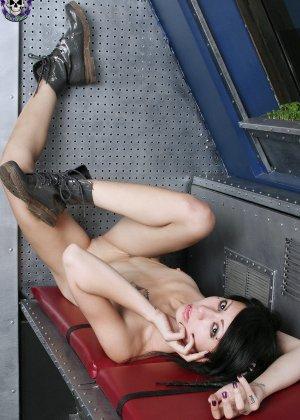 Эмо брюнетка с бритой пиздой раздевается на крыше - фото 15