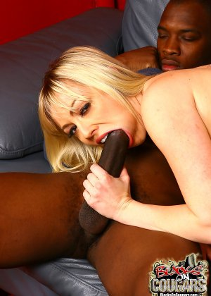 Блондинка и два негра с большими хуями - фото 13