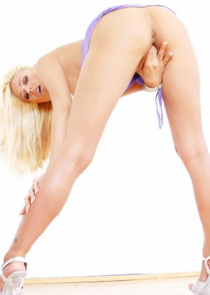 Нежная блондинка разделась и показала розовую пизду крупным планом - фото 16