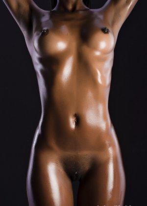 Сексуальная голая негритянка - фото 12