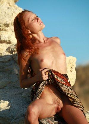 Голая худая рыжая девушка на природе - фото 9