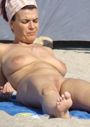 Голые женщины отдыхающие на пляже - фото 13