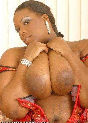 Шикарная толстячка Кристал Клеар целует свои сиськи - фото 7