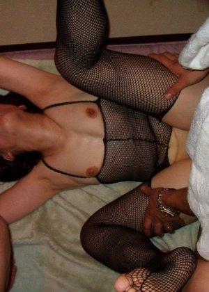 Групповой секс азиатки с мужем и его другом - фото 2