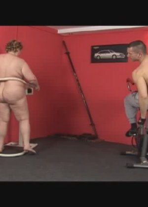 Секс с жирной в спортзале - фото 2