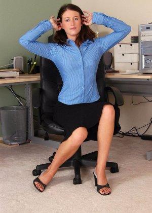 Голая волосатая пизда офисной сучки - фото 1