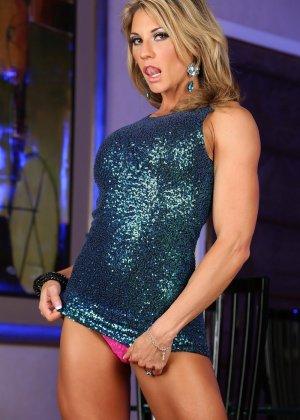 Блондинка культуристка показала мышцы и пизду - фото 7