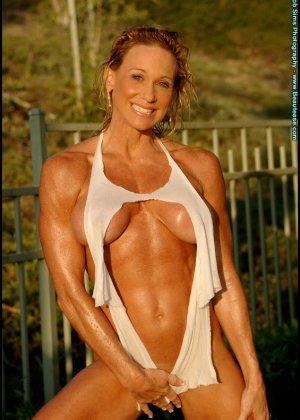 Мускулистая женщина в микро бикини - фото 12