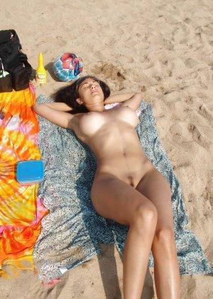 Полностью голые дамы на пляже - фото 11