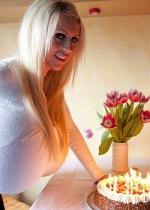 Зрелая блонда с огромной шарообразной грудью - фото 6