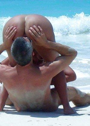 Секс зрелых на нудистском пляже - фото 3