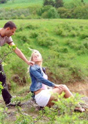 Секс с блондинкой на природе - фото 3