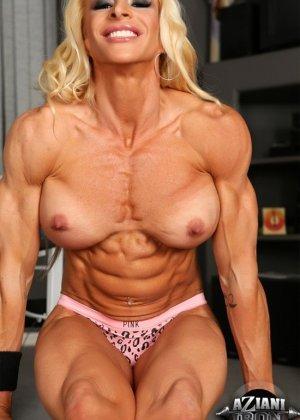 Накаченная блондинка в спортзале - фото 12