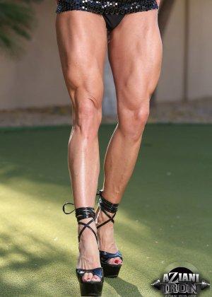 Блондинка бодибилдерша показывает мышцы и большой клитор - фото 2