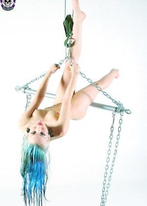Голая эмо девушка с синими волосами и худой попкой - фото 13