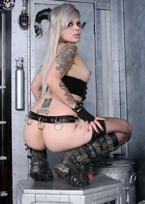 Татуированная эмо в чулках с бритой пиздой - фото 14