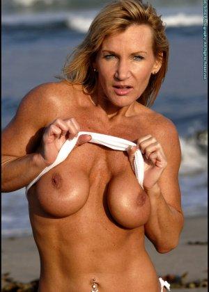 Подкачанная женщина за 40 в купальнике - фото 15
