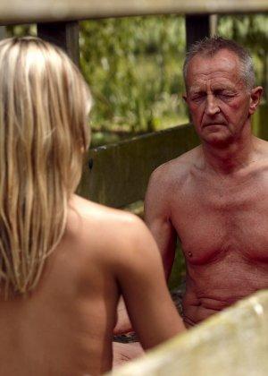 Секс пожилого мужчины с молодой блондинкой - фото 2