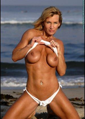 Подкачанная женщина за 40 в купальнике - фото 14