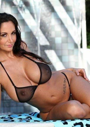 Красивая женщина снимает и так прозрачное бикини - фото 2
