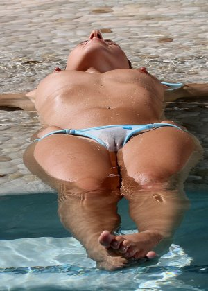 Плоская грудь девушки в прозрачном бикини - фото 6