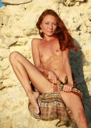 Голая худая рыжая девушка на природе - фото 11