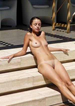 Голые молодые девушки на пляже - фото 4
