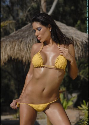 Титьки в желтом купальнике - фото 3
