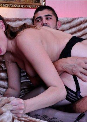 Пьяную женщину трахают в жопу - фото 6