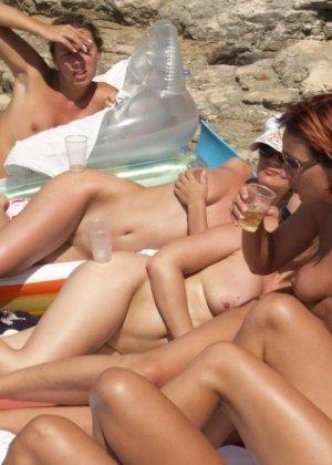 Красивые голые девушки на пляже - фото 1