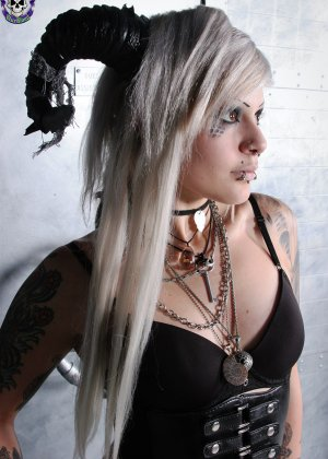 Татуированная эмо в чулках с бритой пиздой - фото 2