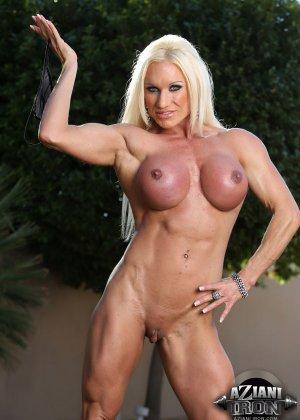 Блондинка бодибилдерша показывает мышцы и большой клитор - фото 10