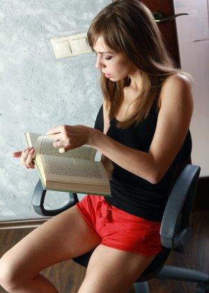 Худая девушка показывает бритую пизду на стуле - фото 2
