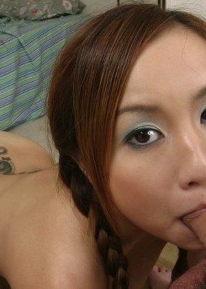 Молодая азиатка курит и ебется - фото 8